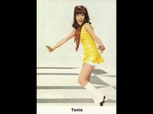 Tonia, une chanteuse et présentatrice belge qui n'est autre que la fille du grand cycliste Jef dominicus et qui participa à l'eurovision pour la belgique