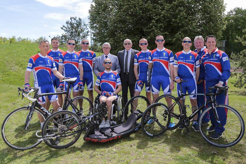 L'équipe cycliste reçoit ses nouveaux maillots des mains du Président Général de la S.N.E.M.M. M Jean-Paul Martin pour les jeux INVICTUS GAMES de Toronto 2017