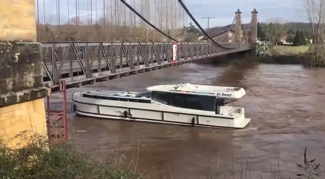 Dans le Lot, une vingtaine de vedettes fluviales emportées par les flots