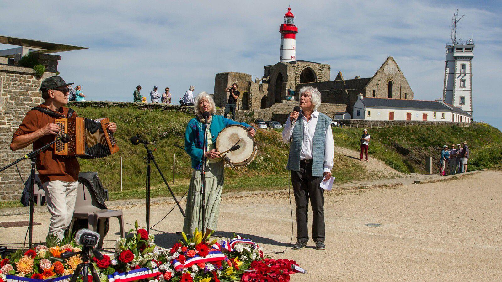 Cérémonie sur l'esplanade du Souvenir Français - avec Dominique Rivière (accordéon) - Photographie : JJ Tréguer (Aux Marins)