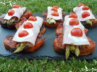 Roulés de jambon printaniers sur lit de pain perdu à la tomate