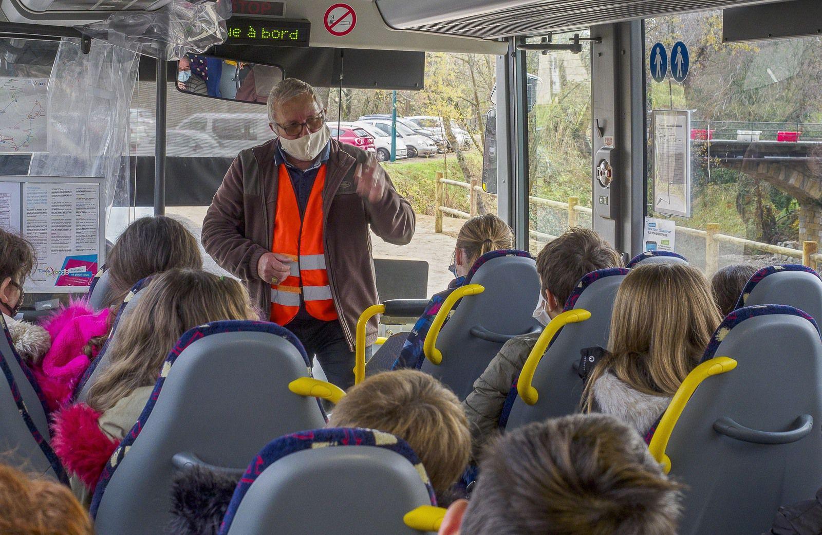 GRAMBOIS  ; Deux gramboisiens expliquent la sécurité dans les cars scolaires aux collégiens