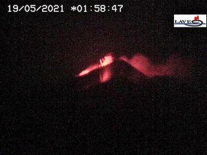 Etna SEC- 19.05.2021 / respectivement à 01h58, 02h58 (webcam LAVE) et 05h21 (webcam INGV) - un clic pour agrandir