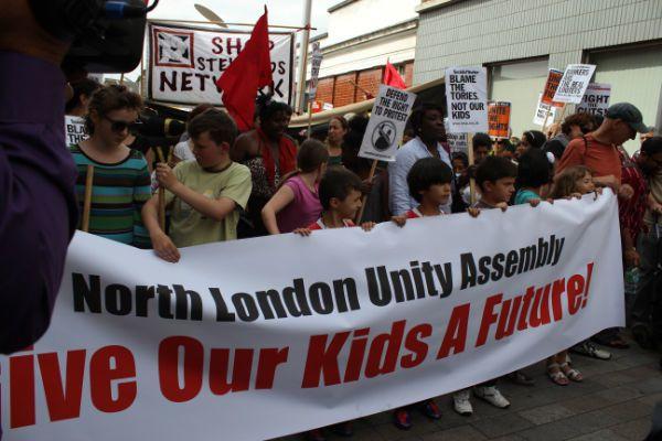 Les communistes britanniques sur les émeutes: « Refusons la division entre travailleurs et organisons la riposte à la classe des millionnaires et à son gouvernement »