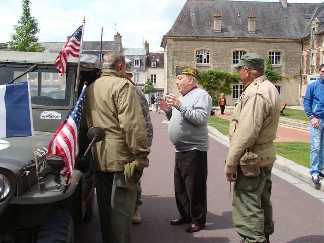 """Merci à toi et à toute l'équipe Jean-Claude; que l'on peut apercevoir en discussion près de sa jeep, tout à gauche. L'américain """" d'époque """" Charles Steiner a le calot sur la tête. Il était venu à Saintes en juillet 2013."""