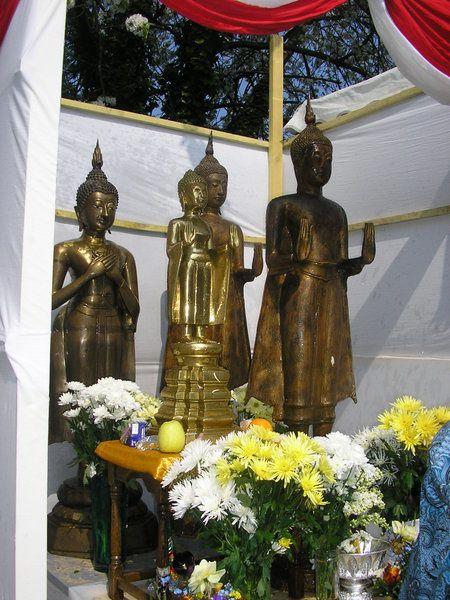 Tháng tư là Tết Lào. Gần Taverny, có ngôi chùa người Lào. Mỗi năm, người Lào khắp nơi hội họp đê² câù nguyện với nhau. Những khi có lễ, tôi hay đến đây với Danièle để nhìn cách sinh hoạt củ