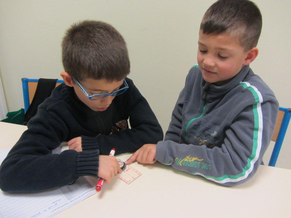 Manipulation de la boussole par les élèves.