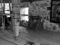 Construits au sommets de falaises et pitons rocheux ces monastères supendus entre ciel et terre comme nids d'aigles, défient les lois de l'équilibre...  - Pope au gong sonnant l'appel à la prière - le filet  monte personne et monte-charges pour l'approvisionnement en vivres  - Le cabestant du treuil de levage  - Des cellules d'isolement  dans des infractuosités rocheuses au-dessus du vide - Foudre à hydromel...