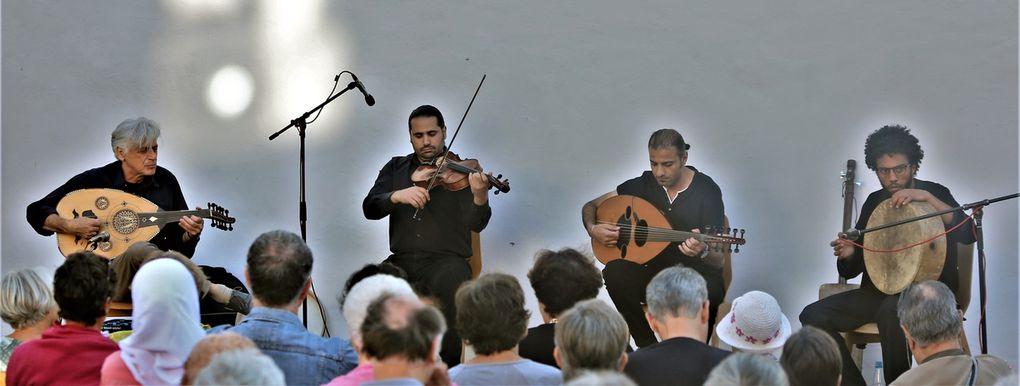 """Das Quartett spielte in Veitshöchheim auch eigene Kompositionen mit symbolischem Charakter, die übersetzt hießen """"Warten"""" im Hinblick auf bürokratische Hürden, """"Lasst mich in Ruhe"""" im Hinblick auf Verfolgung oder  das Zuversicht vermittelnde Stück """"Hoffnung""""."""