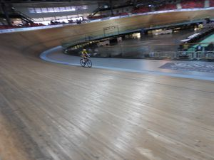 Sur la piste du vélorome longue de 250 mètres ; inclinaison 44°. Son vélo, 7 kilos.