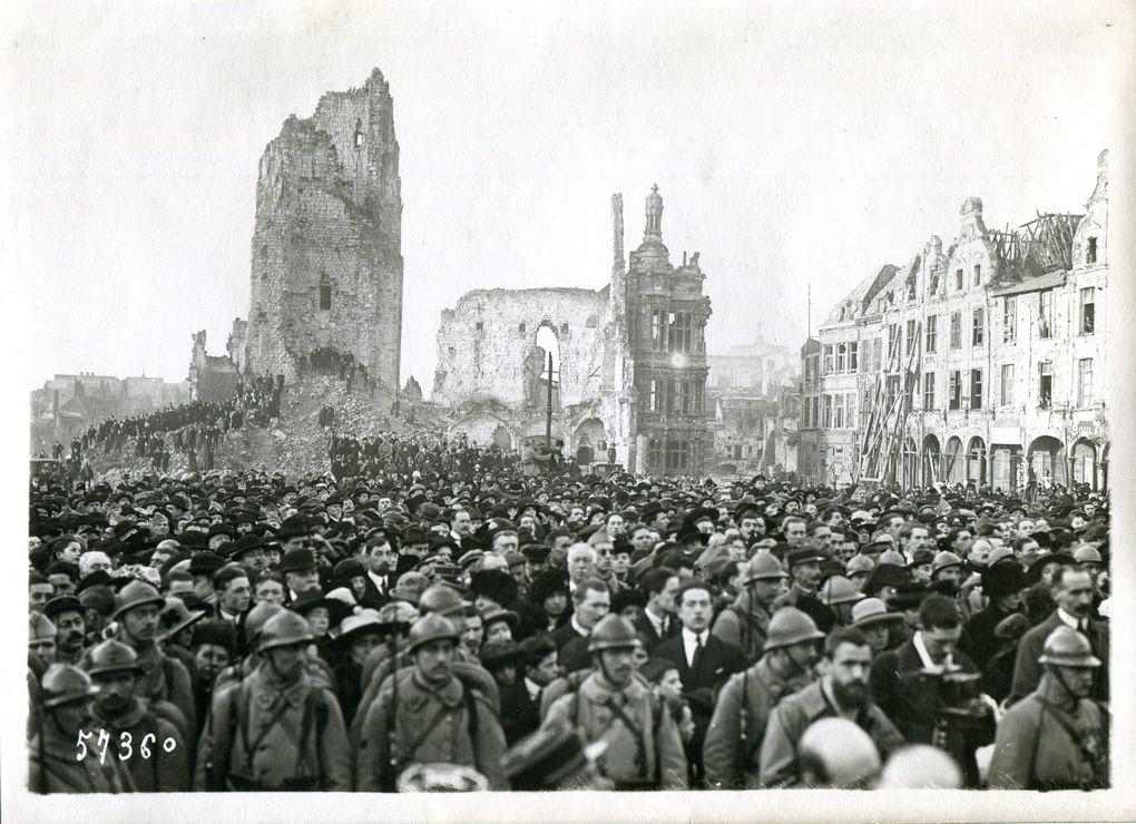 Les personnalités sur l'estrade sont, de gauche à droite : Alexandre Ribot, le maréchal Pétain, le président Poincaré, Victor Leroy, maire d'Arras, Louis Boudenoot, sénateur (source : Gallica, agence Rol ; dernière photo, collection Jean-Claude Leclercq)
