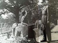 En communion avec la foule - Dans le landau royal au côté de la Reine Elisabeth II en Avril 1960 - Réception àl'Elysée - La rencontre avec l'Enfant  - En conversation avec André Malraux - Moment intime avec son épouse Yvonne pendant le séjour en Angleterrre - Le repos du combattant  sur le sol Irlandais ...