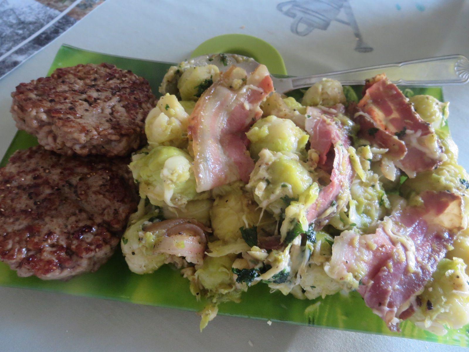 Choux de Bruxelles , lard maigre et gruyère. Et toujours pour satisfaire Mr Passion, un haché de porc grillé.