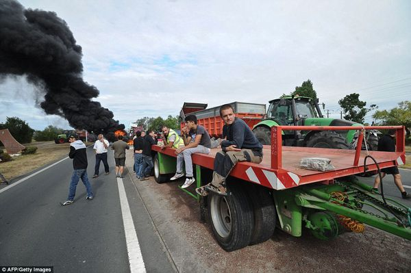 Now French farmers kick up a stink: Angry protesters cause more travel chaos by stepping up blockades with manure and burning tyres in dispute over food prices   Read more: http://www.dailymail.co.uk/news/article-3170467/Now-French-farmers-kick-stink-Angry-protesters-cause-travel-chaos-blockading-roads-manure-burning-tyres-dispute-falling-food-prices.html#ixzz3gpgW6EzF  Follow us: @MailOnline on Twitter | DailyMail on Facebook