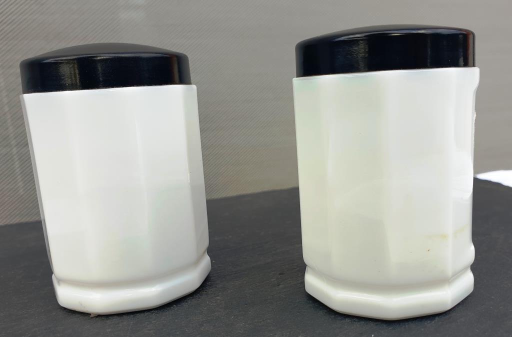 Deux pots d'apothicaire opaline et bakélite 60ml - 15 euros