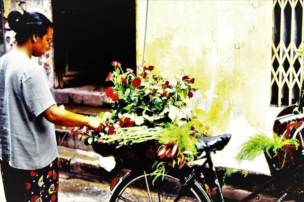 Très peu d'engins motorisés, beaucoup de vélos, Hanoï était une ville à découvrir à pied. Les articles ménagers en plastique étaient à la mode. On trouvait les soupes les plus parfumées, les meilleures, dans les rues du vieil Hanoï, c'était en général des dames âgées qui les cuisinaient.