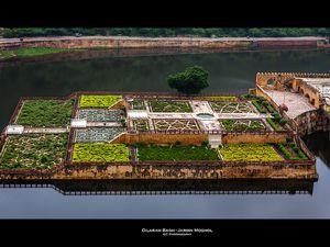 """Rudyard Kipling y voyait """"l'incarnation de la pureté"""", et son créateur, l'empereur Shah Jahan, disait qu'il """"faisait verser des larmes au Soleil et à la Lune"""" Le Taj Mahal"""