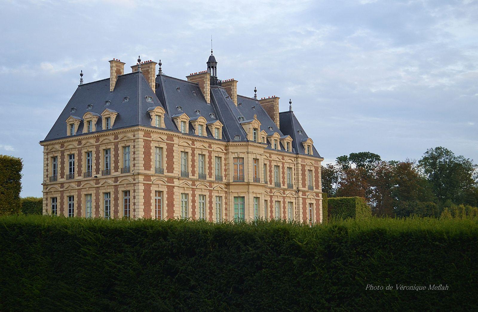En 1682, un an avant sa mort, Colbert fait l'acquisition de « la Maison rouge », une propriété attenante au domaine, au sud de l'église. La bâtisse devient la résidence des hôtes du grand château et par opposition prend le nom de « Petit Château ».