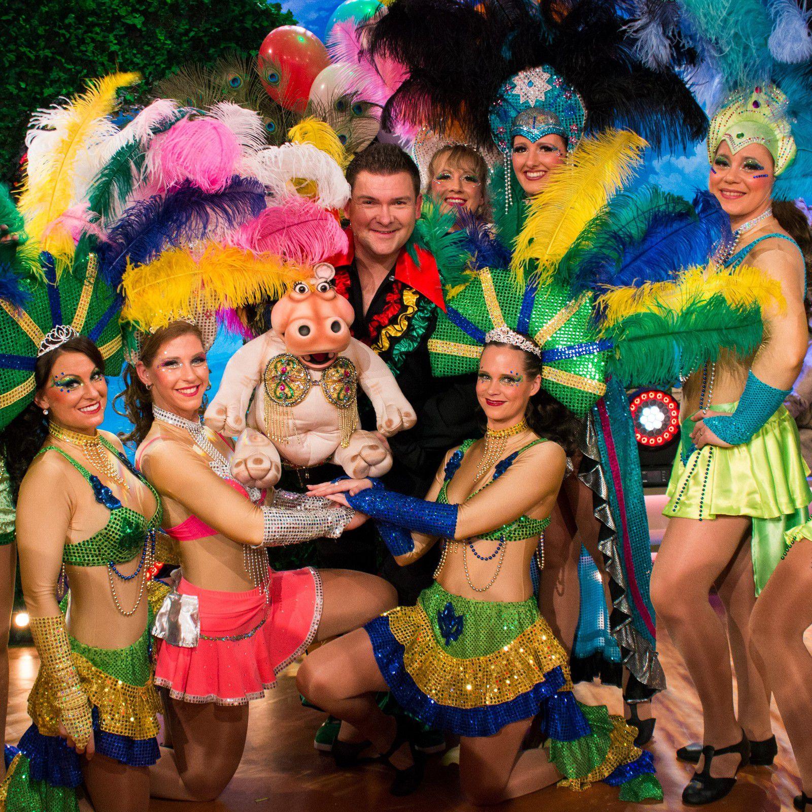 Bauchredner Sebastian Reich mit seiner Nilpferddame Amanda inmitten von Samba-Tänzerinnen der Tanzsportgarde Veitshöchheim im letzten Jahr bei der Fastnacht in Franken (Foto Feser). Reich ist auch in diesem Jahr wieder dabei.