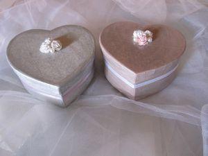 Boites cœur rose et gris, pour un mariage, communion ou en décoration. Vendues à l'unité ou en duo.  Dimensions : 15 cm x 13,5 cm