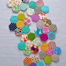 schéma patchwork hexagones multicolores