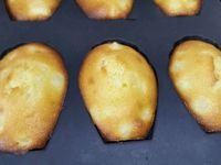 3 - Préchauffer le four th 7/8 (220°). Répartir la préparation dans des moules à madeleine en silicone. Enfourner pour 5 mn th 7/8, puis ramener la température du four à 6 (180°) pour 5 mn encore. Démouler les madeleines et laisser refroidir sur une grille.