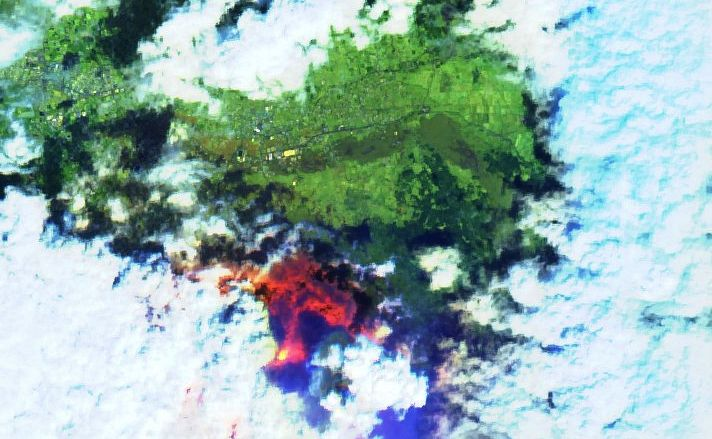 La Palma - the eruptive site in a cloud gap - image Sentinel-2 bands 12,11,4 from 20.09.2021 - one click to enlarge