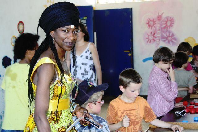 Photos prises le 26 juin 2011, à à la kermesse de l'école Diwan de Nantes, sous un beau et chaud ciel d'été. Beaucoup de monde (surtout à l'ombre), et des jeux,des chants, des stands, de la danse pour tous les âges.