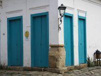 Paraty, petite ville, riche en histoire, avec les pieds dans l'océan