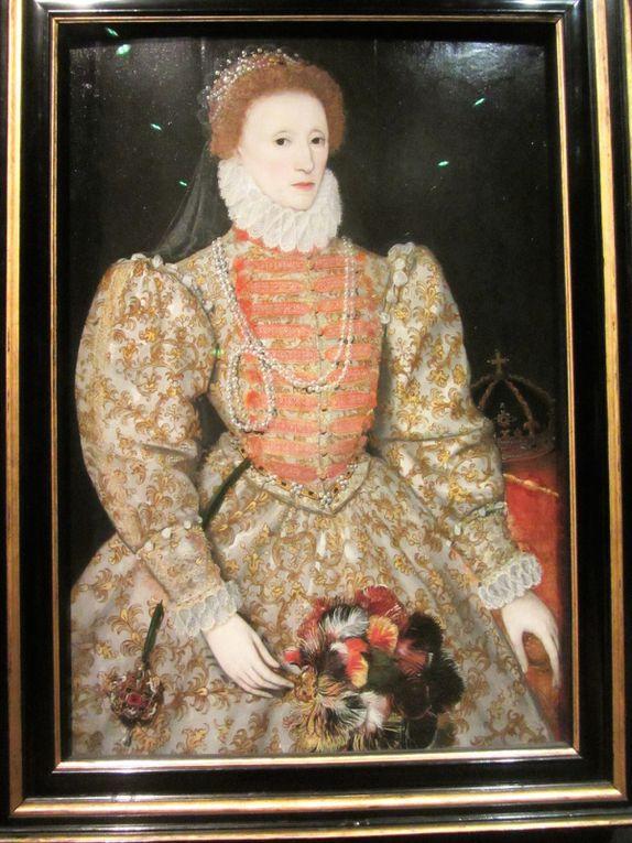 Elisabeth 1ére fut surnommée the Virgin Queen, la « Reine Vierge » ne se maria jamais et la lignée Tudor s'éteignit avec elle. (Tout le contraire de son papa !)