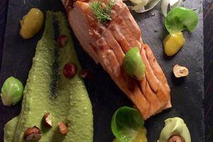 tataki de saumon à la plancha, petits pois, mangue et wasabi...