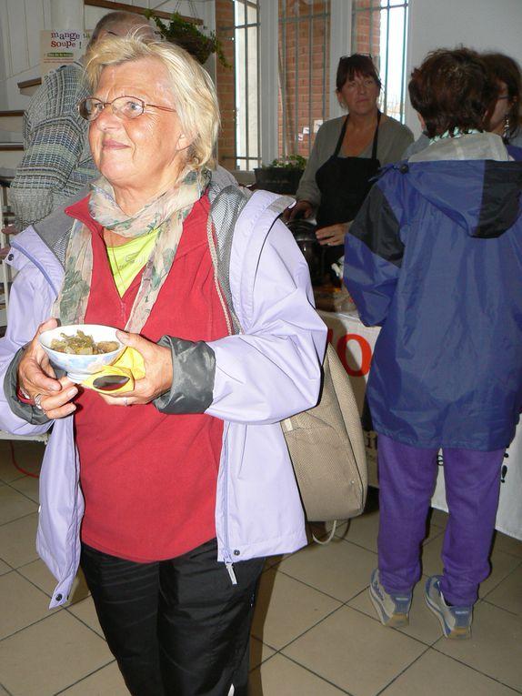 L'association a distribué des soupes aux 350 marcheurs à leur arrivée. Ce fut l'occasion de leur présenter la prochaine fête de la soupe.