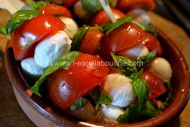 Brochettes Tomate-Mozzarella-Basilic Crème Balsamique Blanc