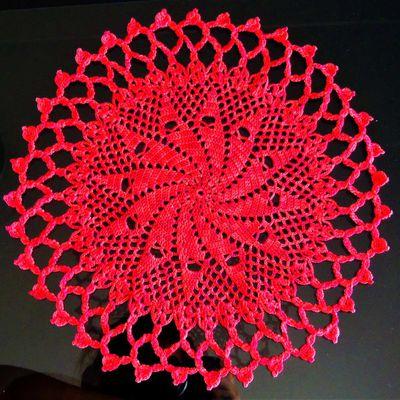 napperon rond rouge dégradé 29 cm environ