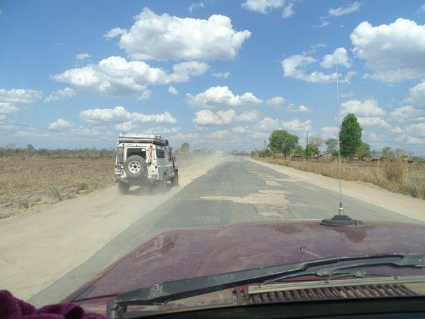 La piste aurait été plus facile que cette route défoncée, le calvaire pour nos montures...