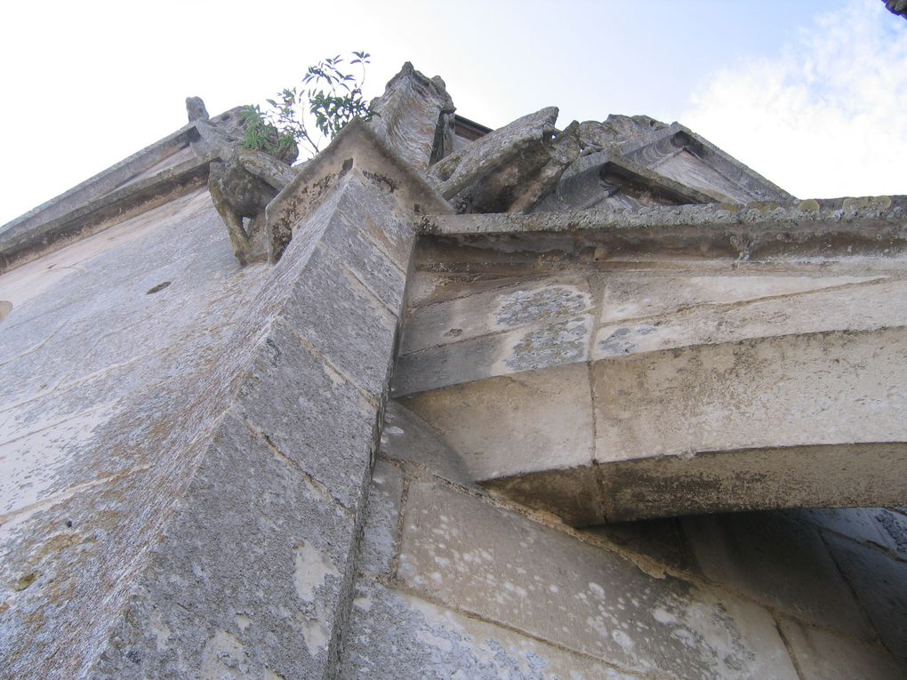 Un clocher qui se dévoile mais aussi qui ouvre le regard vers un ailleurs.... intime: Graffiti ou Zoom...