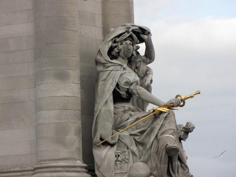 Le pont Alexandre III franchit la Seine entre le 7e et le 8e arrondissement de Paris. Il a été offert à la France par le tsar Alexandre III pour marquer l'Alliance franco-russe.