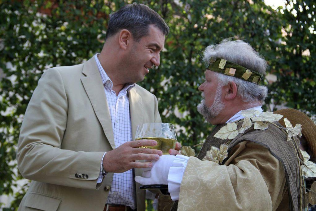 Viertägiges WIR-Weinfest  im Rokokogarten grandios gestartet: Prächtige Kulisse, tolle Atmosphäre, unglaublich was los - Minister Söder: keine Eintagsfliege