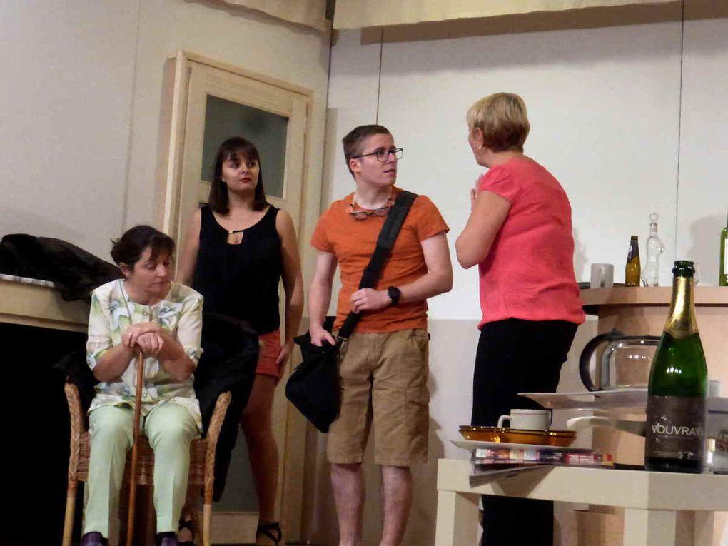 Les adultes surpris au cours d'une répétition pendant le 1er acte de leur pièce