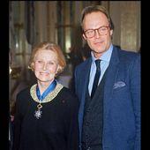 PHOTOS - Michèle Morgan et son fils Mike Marshall en 1991, lorsqu'elle reçoit la médaille de l'ordre national du mérite