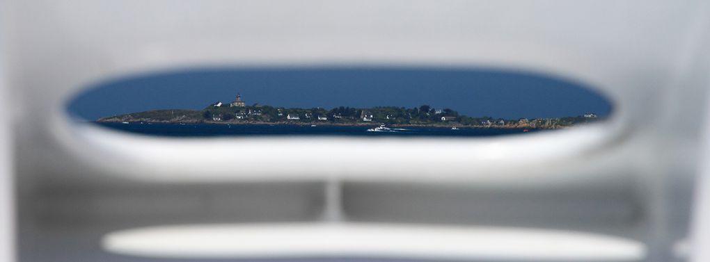 """Archipel des Iles Chausey (50). Traversée depuis le port de Granville. Une seule ile est habitée, """"La Grande Ile""""."""