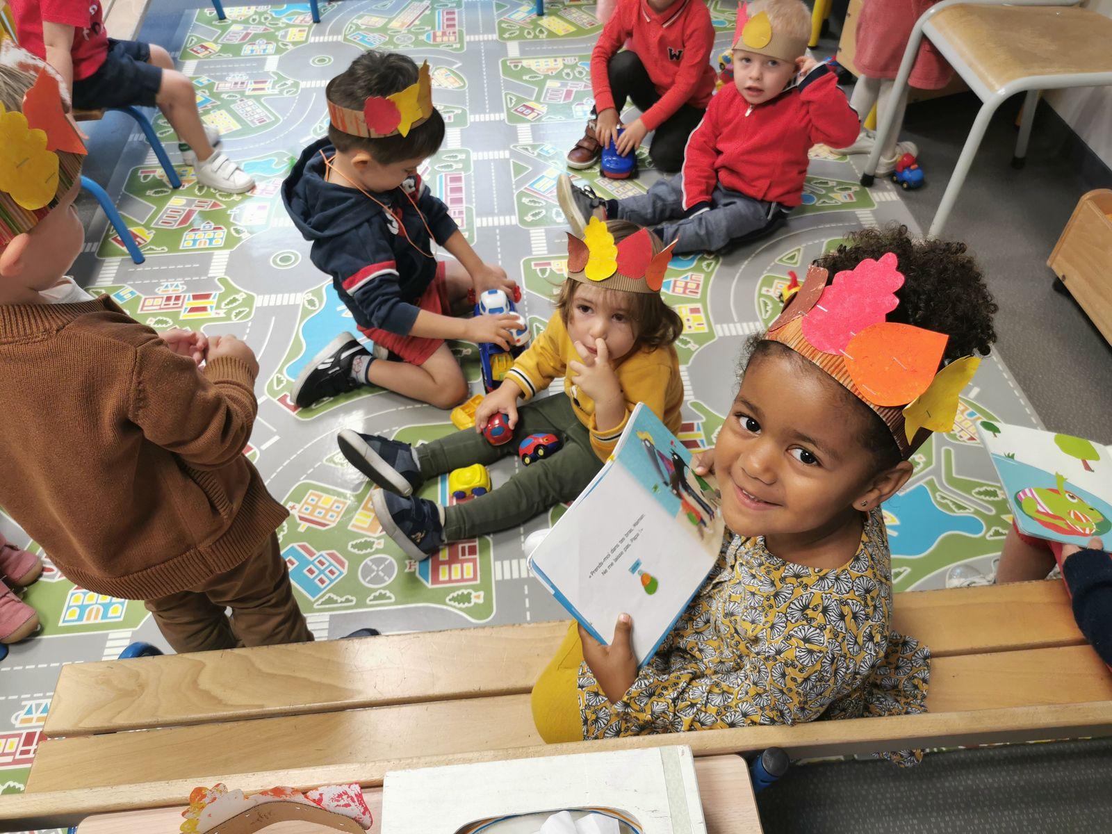 Pendant que les maîtresses préparaient les tables d'activité, chacun s'occupait, impatient de commencer les ateliers..