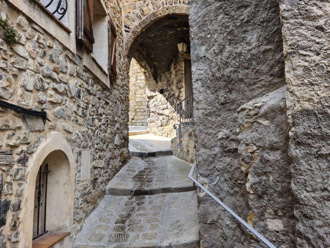 """Site historique """"Grimaldi de Monaco"""" tout au bout d'une route sans issue, étroite et sinueuse"""