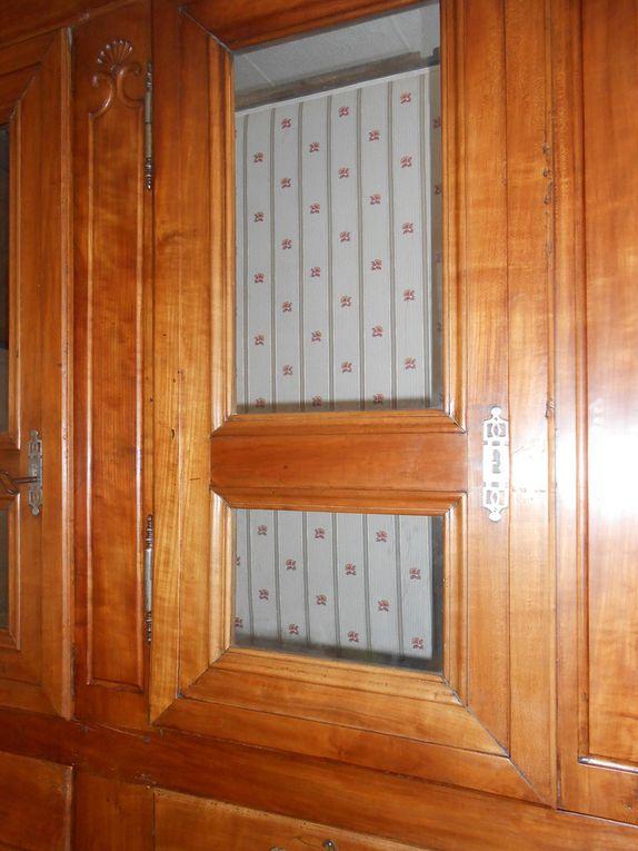 Gainage complet avec sous couche de ouate de l'intérieur de la bibliothèque, compris les étagères et les fonds de tiroirs.