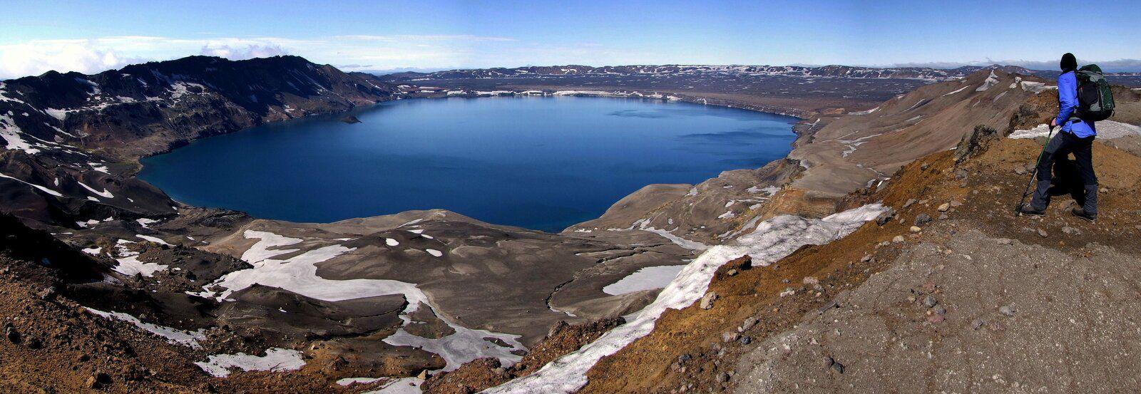 Askja -  le lac Öskjuvatn (4-5 km) remplit la caldeira de l'éruption de 1875 - photo Dave McGarvie 2010-2011 - un clic pour agrandir