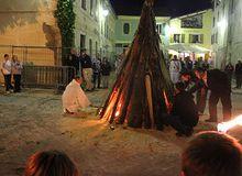 Lumière dans la ville pour le feu de la St Jean (St André les Alpes)