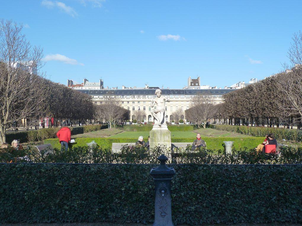 Le Palais-Royal, la pyramide du Louvre, le musée du Louvre.