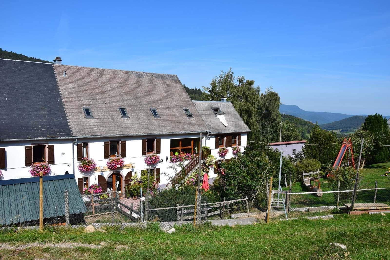 La ferme-auberge du Pré Bracot. (Fermée en janvier et le lundi)