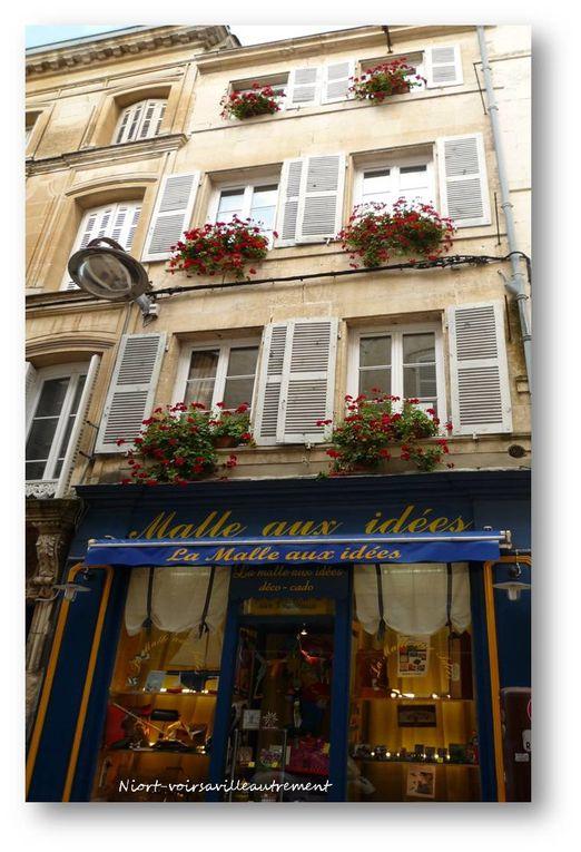 De charmantes boutiques et de jolies fenêtres agrémentent cette rue