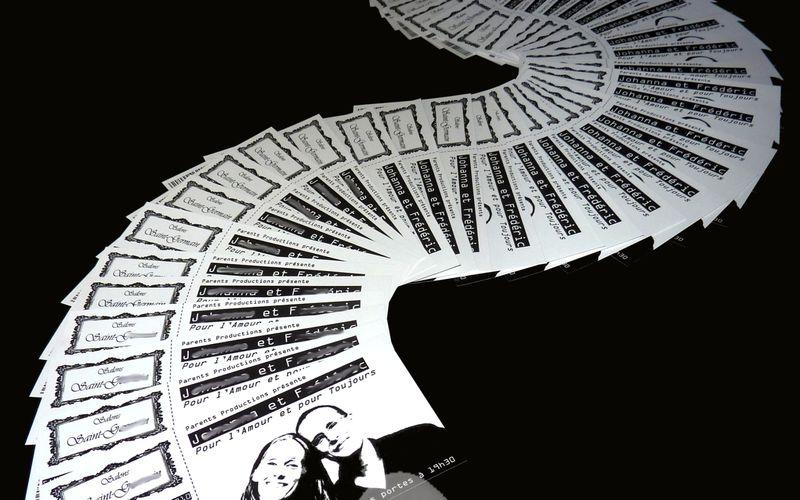 """Commande de 75 cartons d'invitation façon """"ticket concert"""" noir et blanc..."""